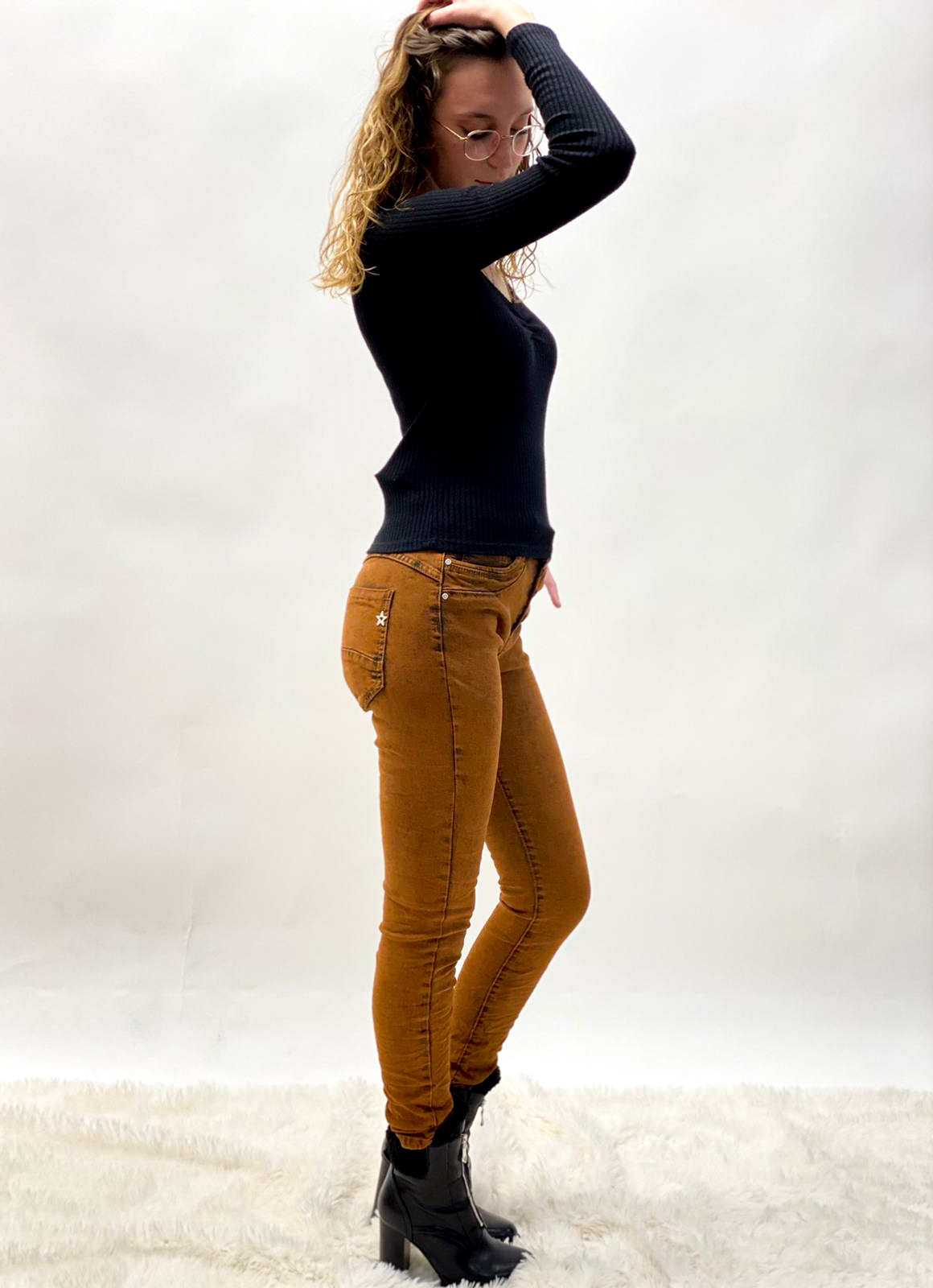 Jeans in Konjak mit Knöpfen