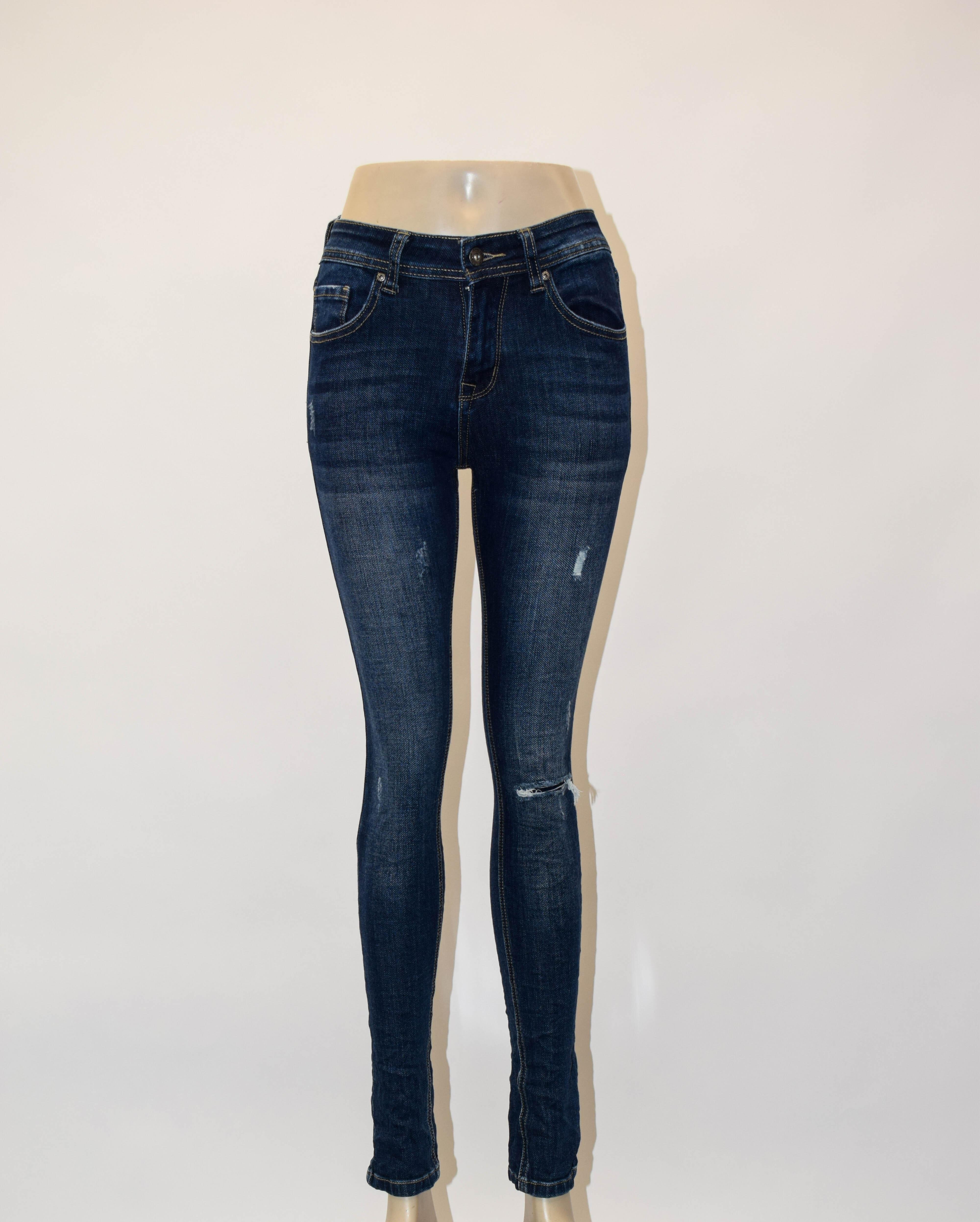 Jeanshose leicht zerissen