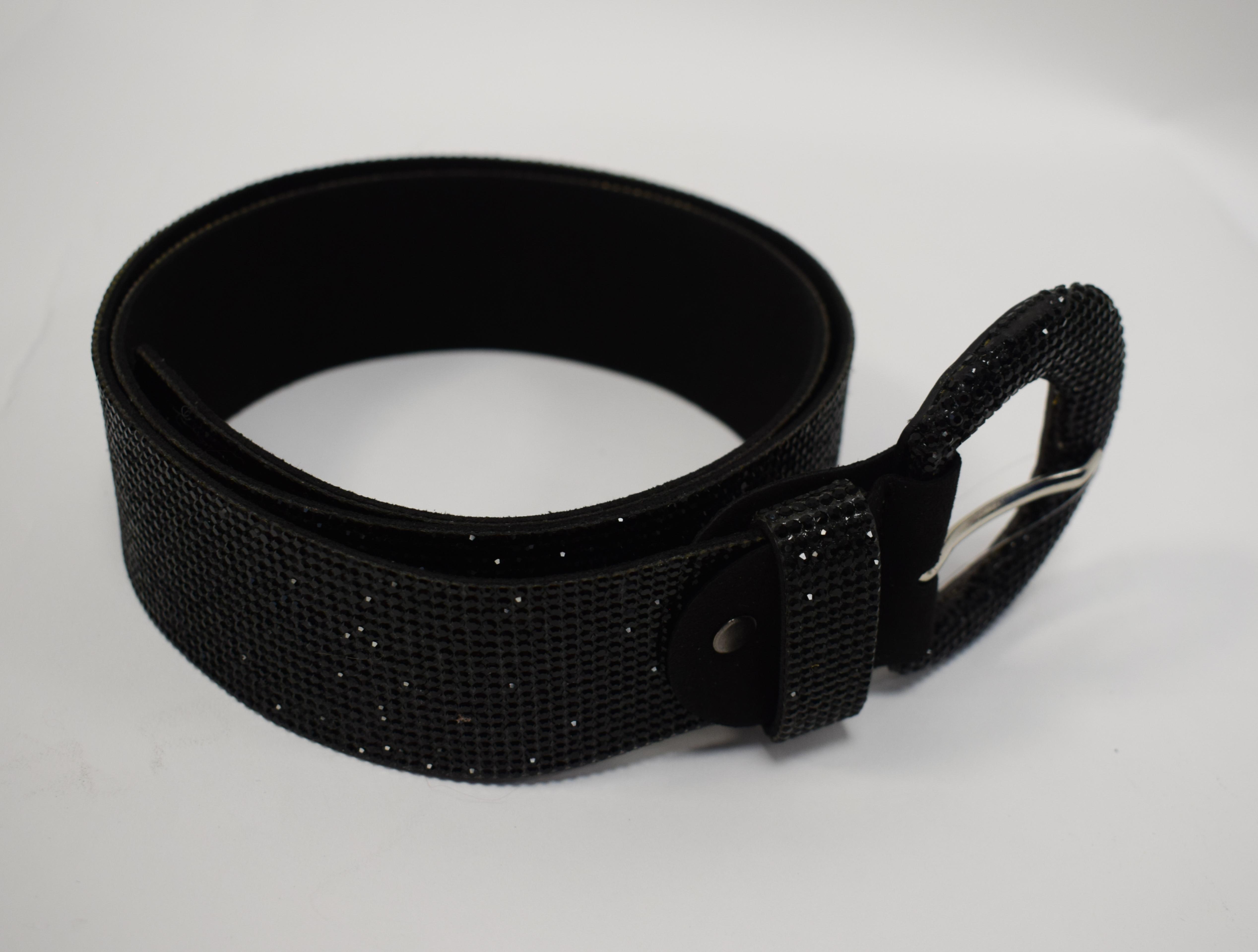 Schwarzer Gürtel mit schwarzem Strass