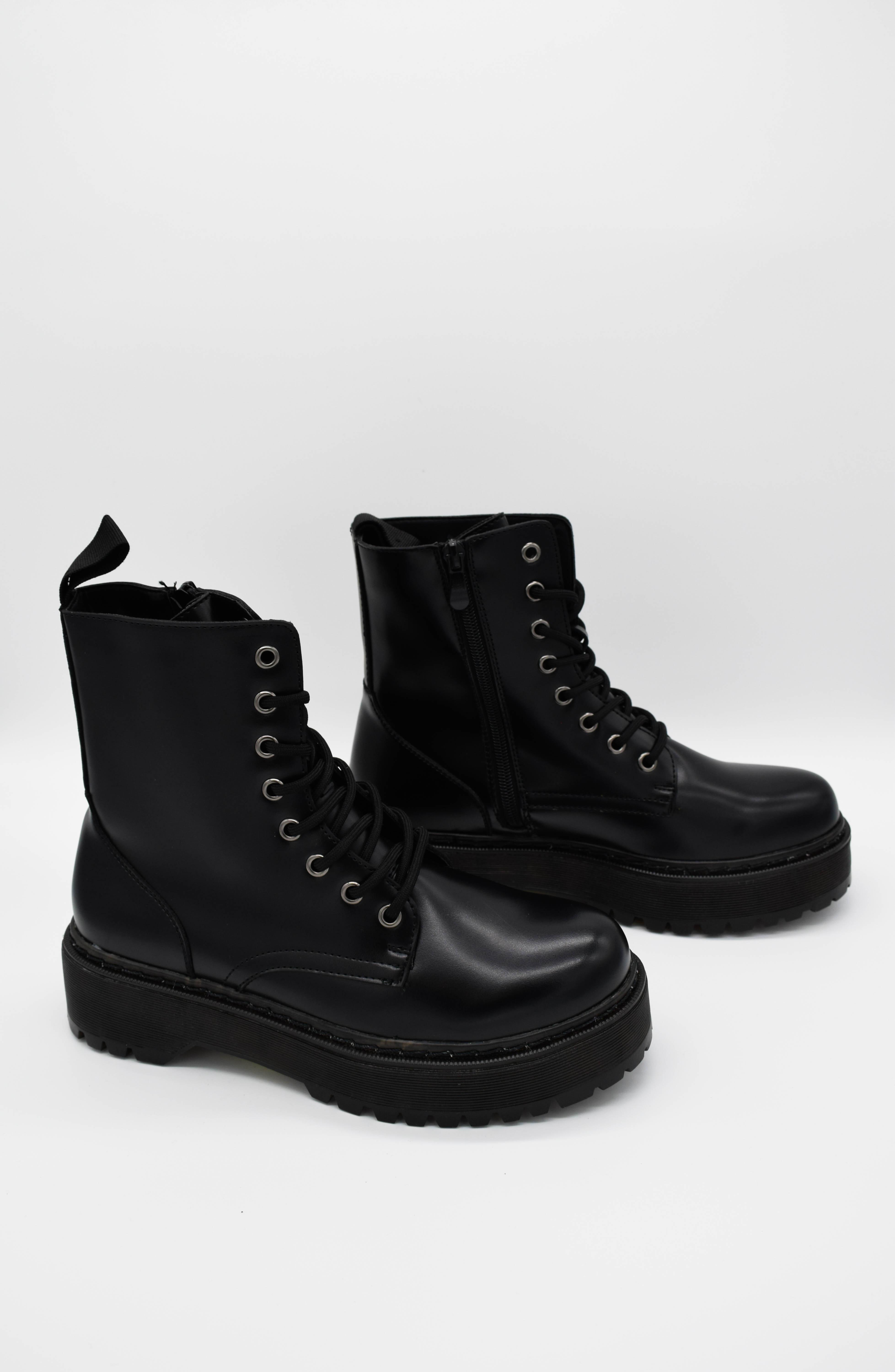 Boots schwarz mit Plateausohle