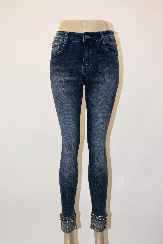 dunkelblaue Jeans am Bund verziert