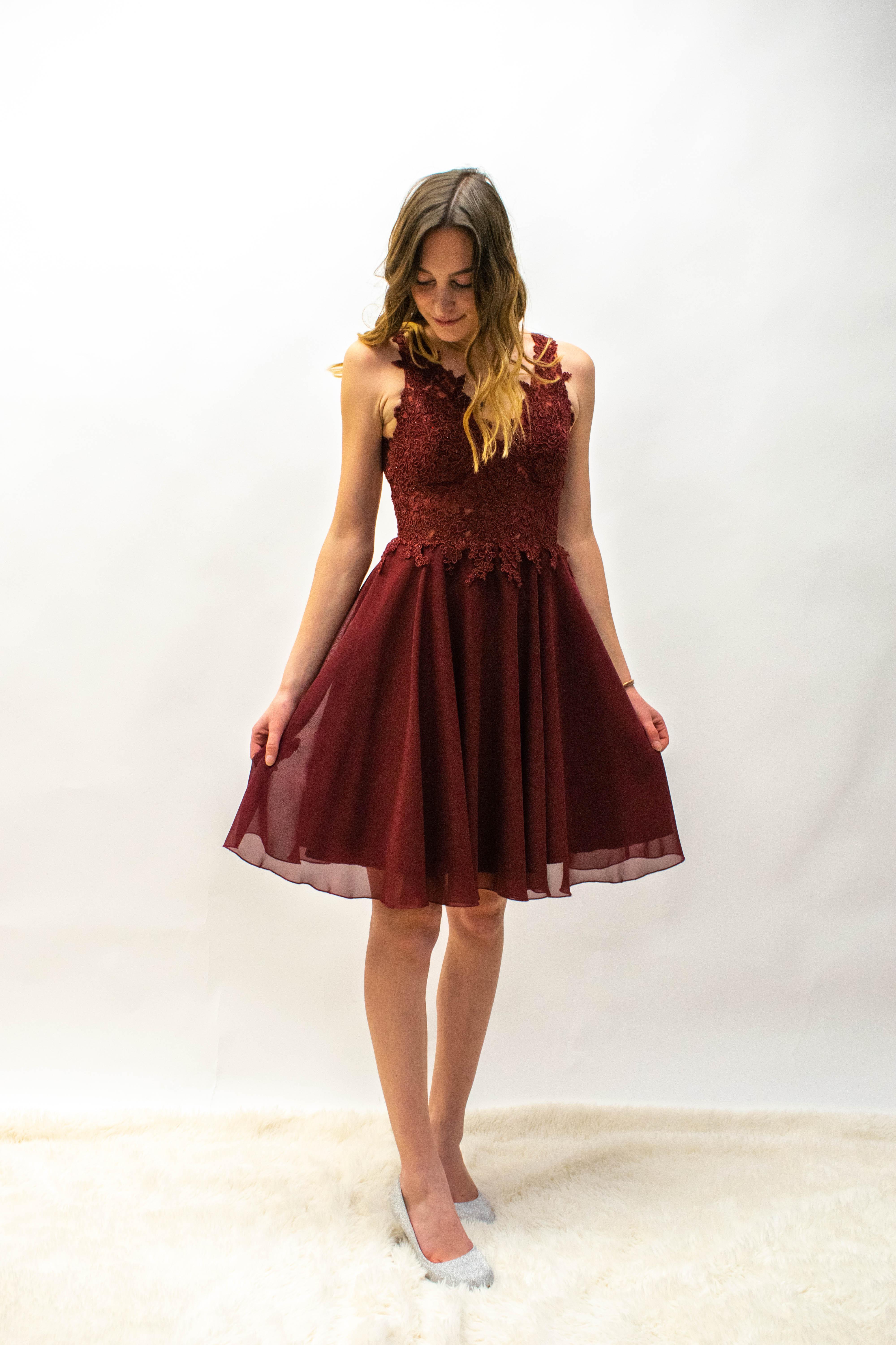 Kurzes Kleid in Marineblau und Bordeux