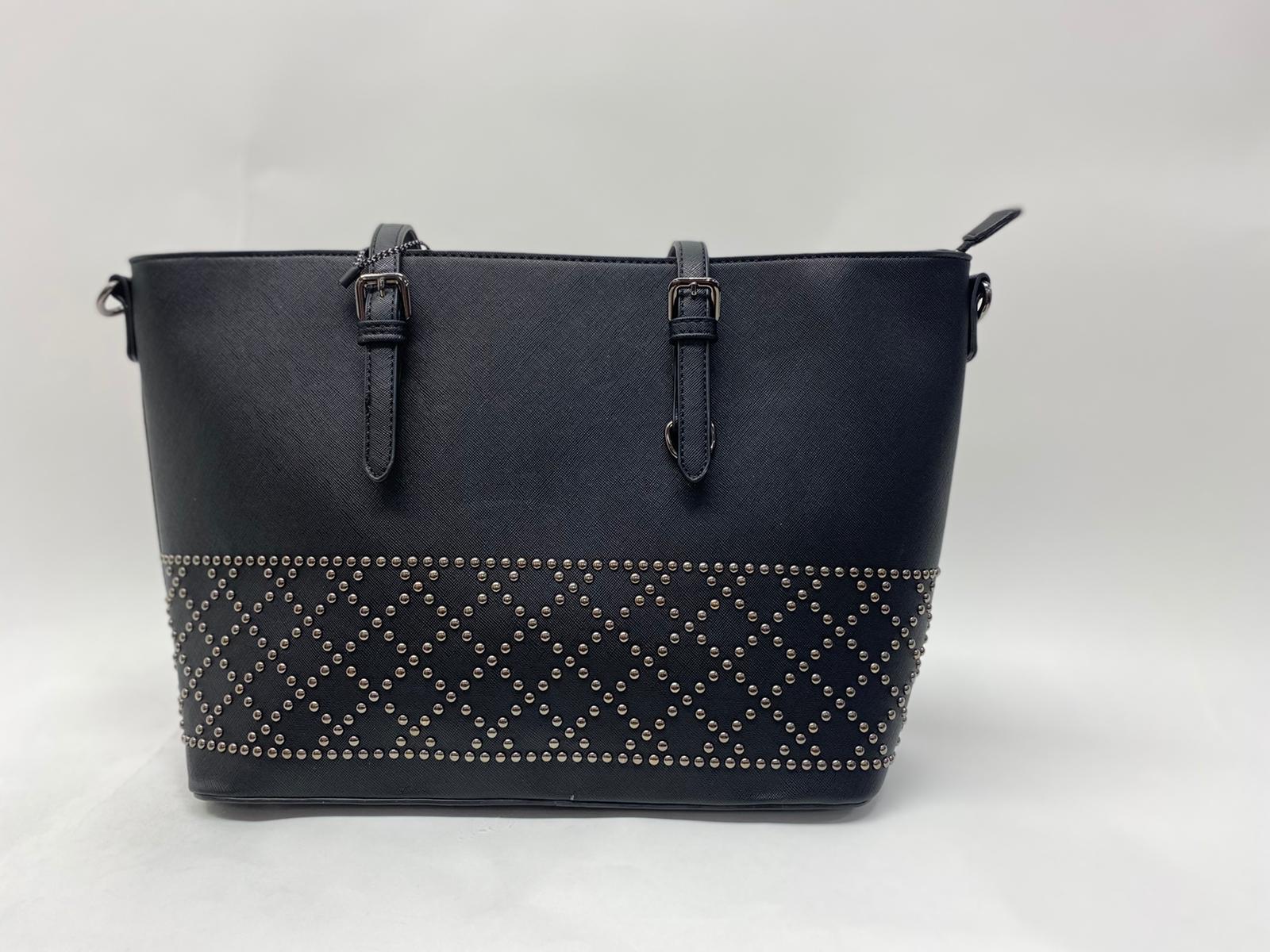 Handtasche mit Nietenmuster